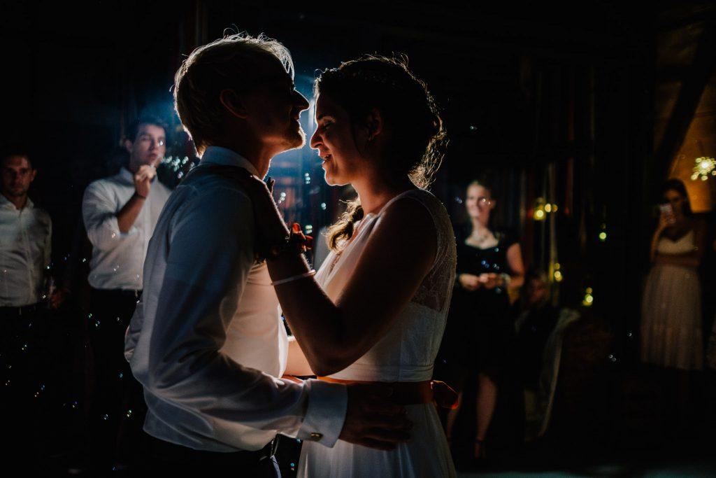 Hochzeitsfoto: Erster Tanz im Gegenlicht - Hochzeitsfotograf aus Köln im Saarland unterwegs